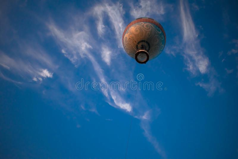 Balão de ar voando sobre fundo azul-claro no céu nublado no lago Buena Vista 1 foto de stock