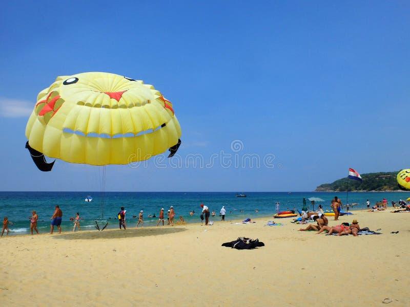 Balão, desenhos animados amarelos brilhantes na praia, mar azul, céu claro, lugar de descanso em Phuket, Tailândia fotografia de stock