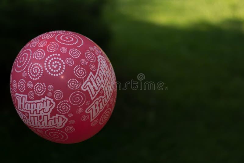 Balão do rosa do feliz aniversario fotografia de stock royalty free