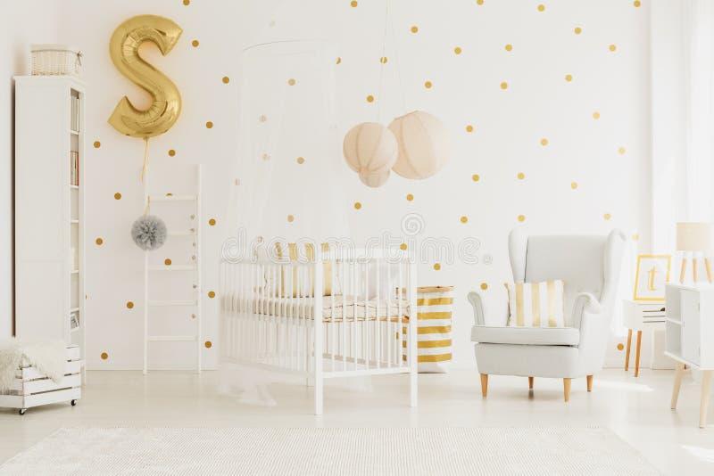 Balão dourado fixado à escada imagens de stock