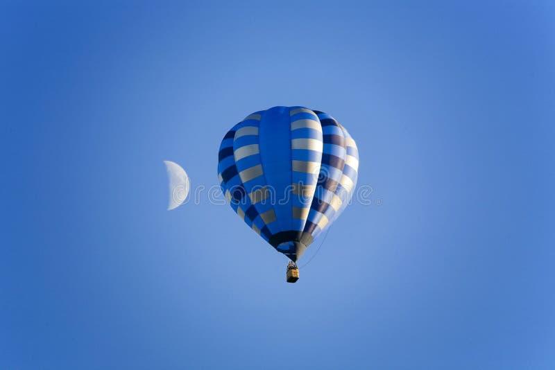 Balão e lua no céu azul fotografia de stock