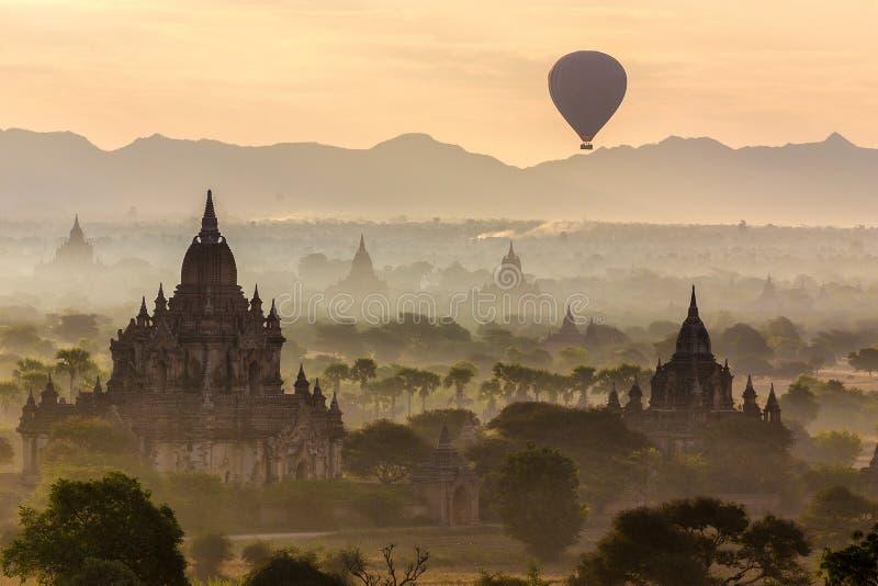 Balão e pagodes em Bagan imagem de stock royalty free