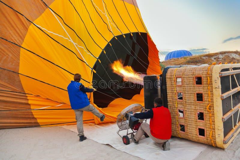 Balão e pilotos de ar quente em Cappadocia Turquia fotos de stock