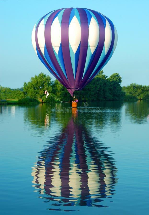 Balão que flutua na água fotografia de stock royalty free