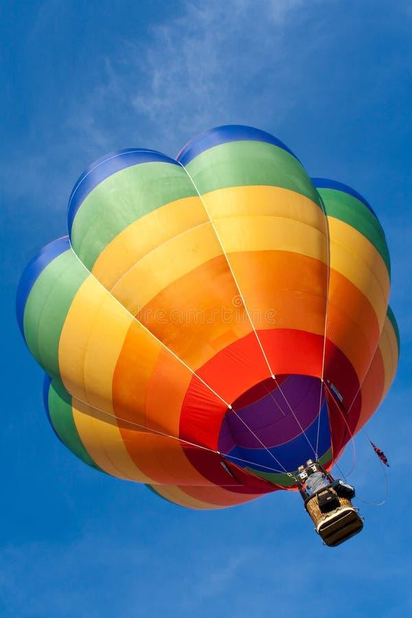 Balão quente que flutua no céu azul foto de stock