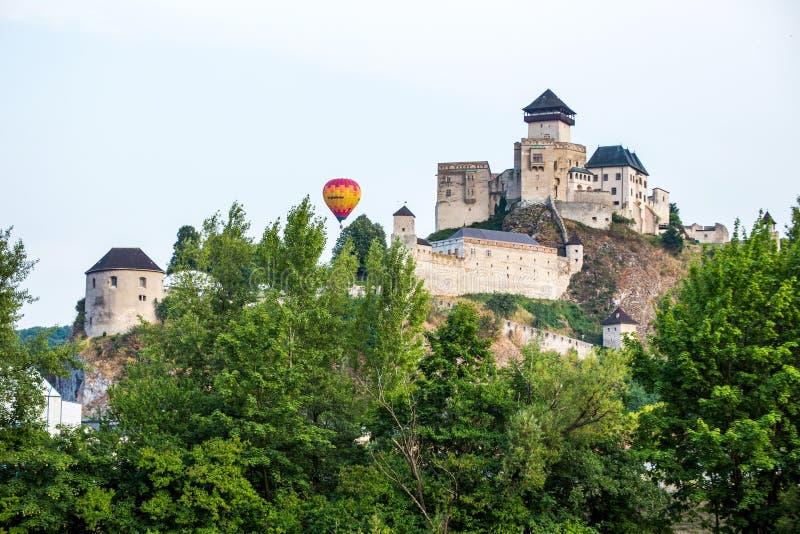 Balão sobre o castelo em Trencin, Eslováquia fotografia de stock royalty free