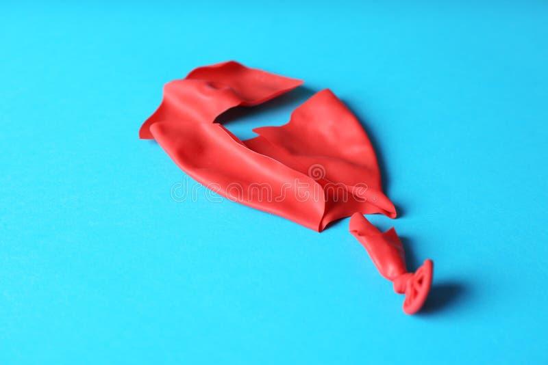 Balão vermelho estalado do látex fotografia de stock royalty free