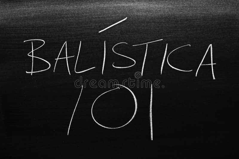BalÃstica 101 em um quadro-negro Tradução: Balística 101 imagens de stock