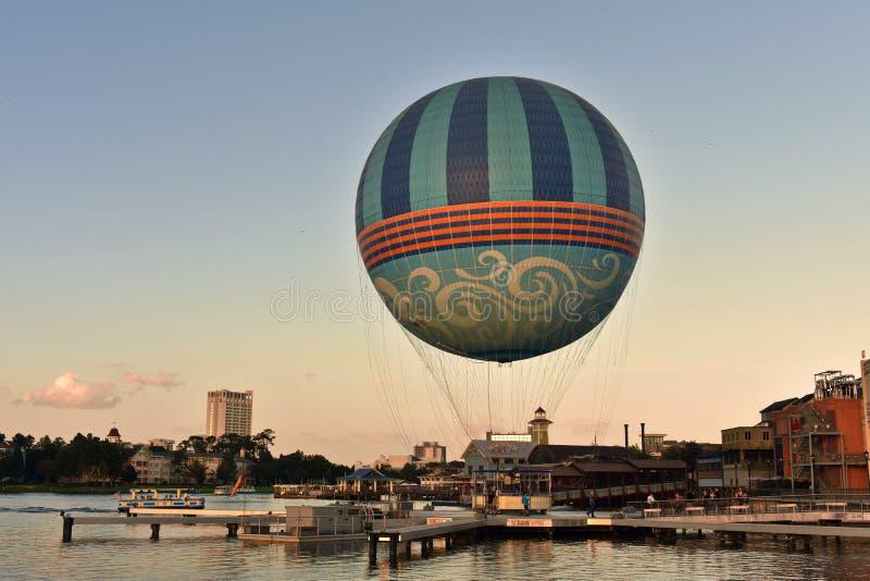 Balón de aire en fondo hermoso de la puesta del sol en el lago Buena Vista fotos de archivo libres de regalías