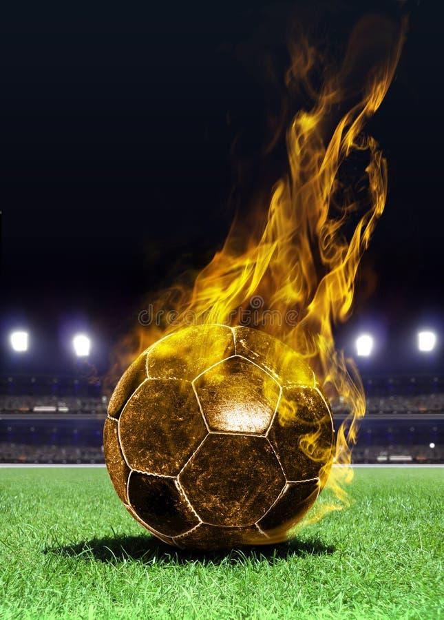 Balón de fútbol ardiente en campo fotos de archivo libres de regalías