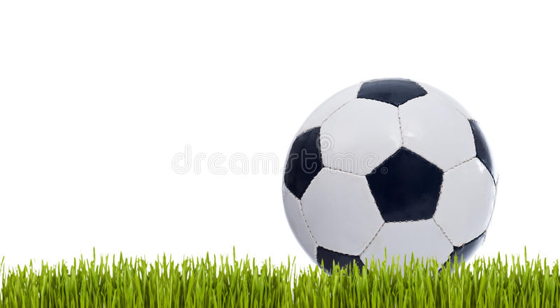 Balón de fútbol clásico en hierba imagenes de archivo