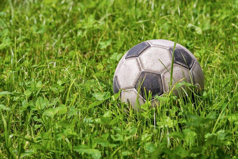 Balón de fútbol de cuero en la hierba verde - deporte del fútbol imagen de archivo