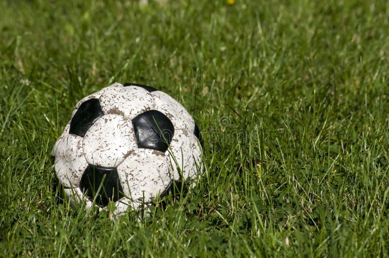 Balón de fútbol de cuero lamentable usado viejo fotos de archivo libres de regalías