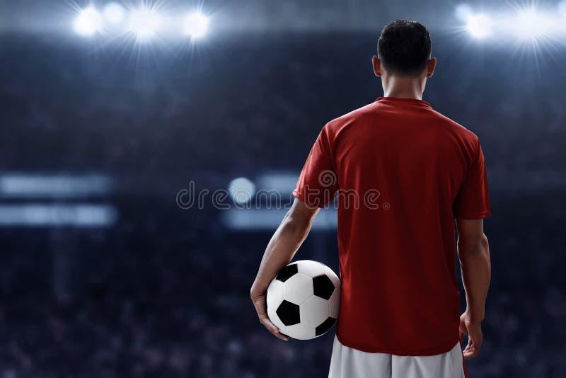 Balón de fútbol del control del jugador de fútbol foto de archivo libre de regalías