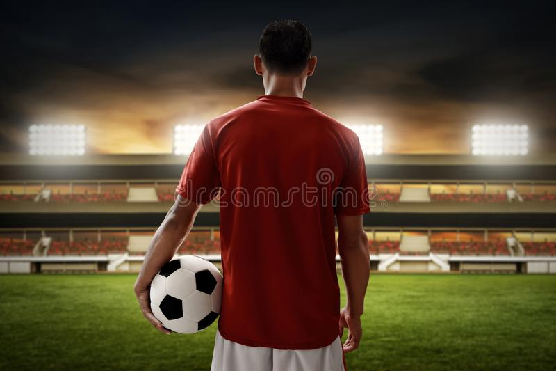 Balón de fútbol del control del jugador de fútbol fotos de archivo