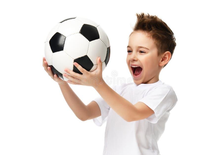 Balón de fútbol del control del jugador del muchacho del deporte de la fan que celebra el espacio de risa sonriente feliz de la c fotografía de archivo