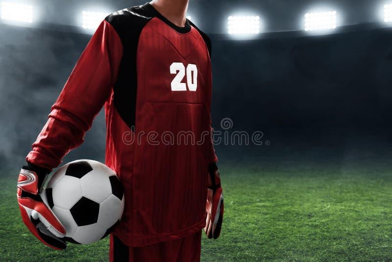 Balón de fútbol del control del portero del fútbol fotografía de archivo libre de regalías