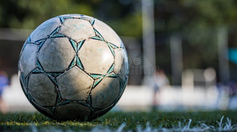 Balón de fútbol del fútbol en el campo, aislado, con el espacio de la copia en fondo borroso, papel pintado fotos de archivo