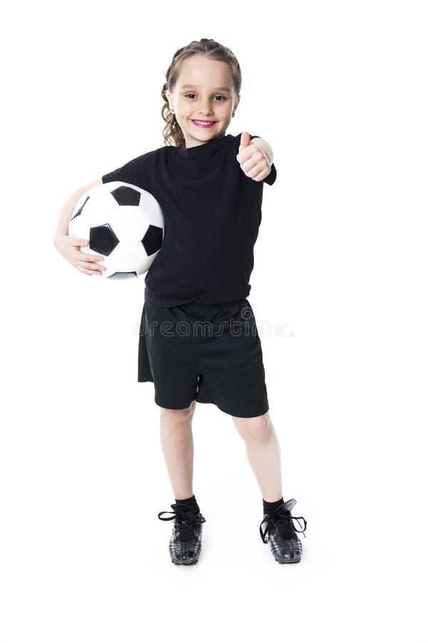 Balón de fútbol del juego de la chica joven, aislado sobre blanco imagenes de archivo