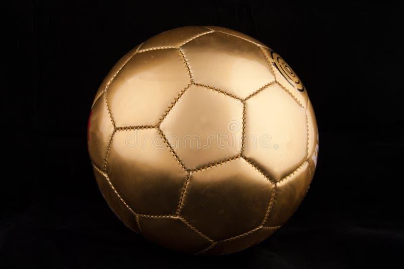Balón de fútbol del oro imágenes de archivo libres de regalías