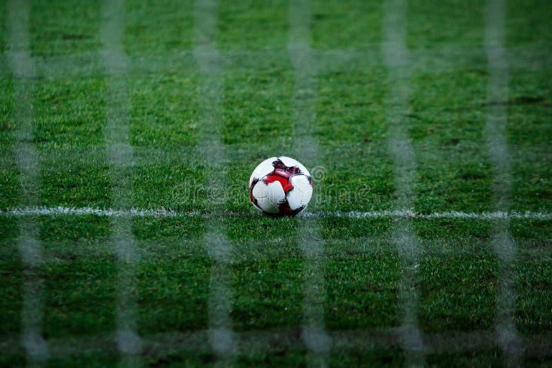 Balón de fútbol en campo de fútbol fotos de archivo libres de regalías