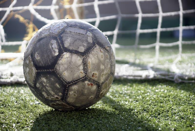 Balón de fútbol en el campo imágenes de archivo libres de regalías