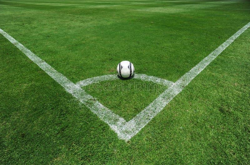 Balón de fútbol en el campo fotografía de archivo