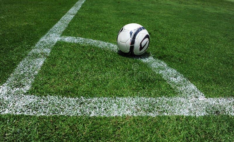 Balón de fútbol en el campo fotos de archivo