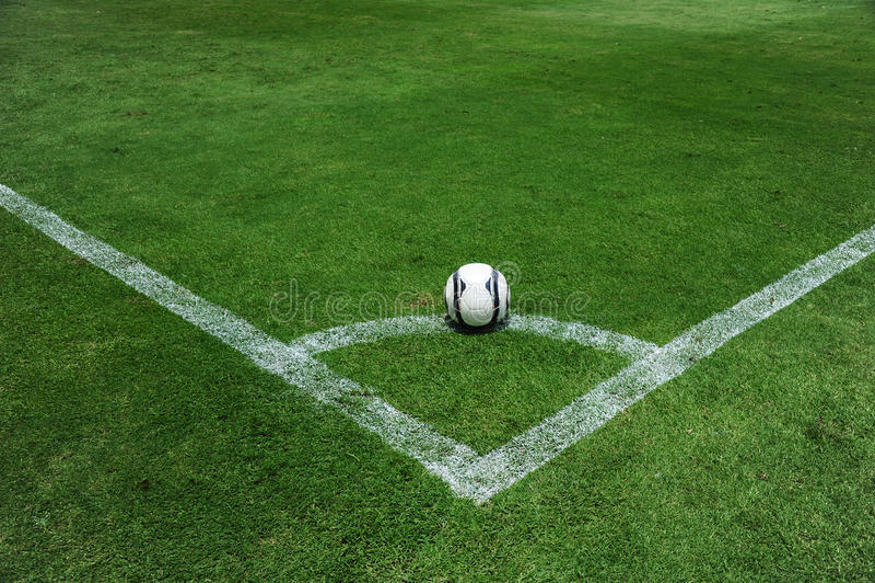 Balón de fútbol en el campo foto de archivo libre de regalías