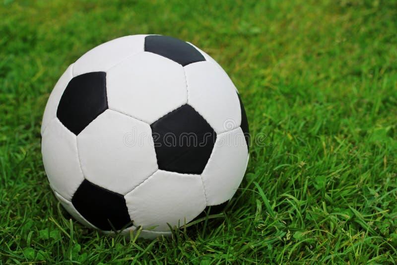 Balón de fútbol en el campo con la hierba verde Copie el espacio fotos de archivo libres de regalías