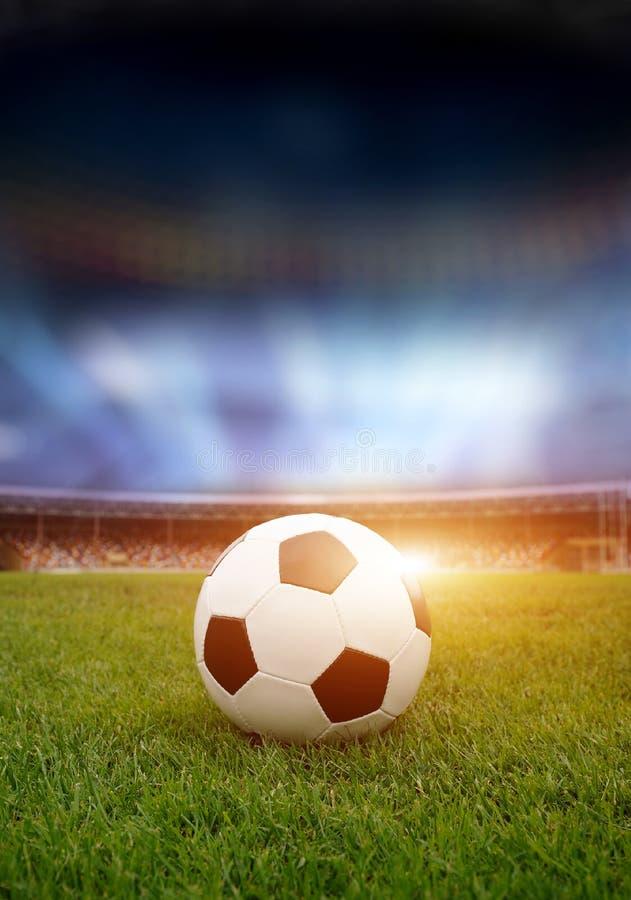Balón de fútbol en el campo del estadio fotografía de archivo libre de regalías