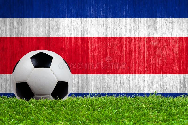 Balón de fútbol en hierba con la bandera de Costa Rica fotografía de archivo libre de regalías