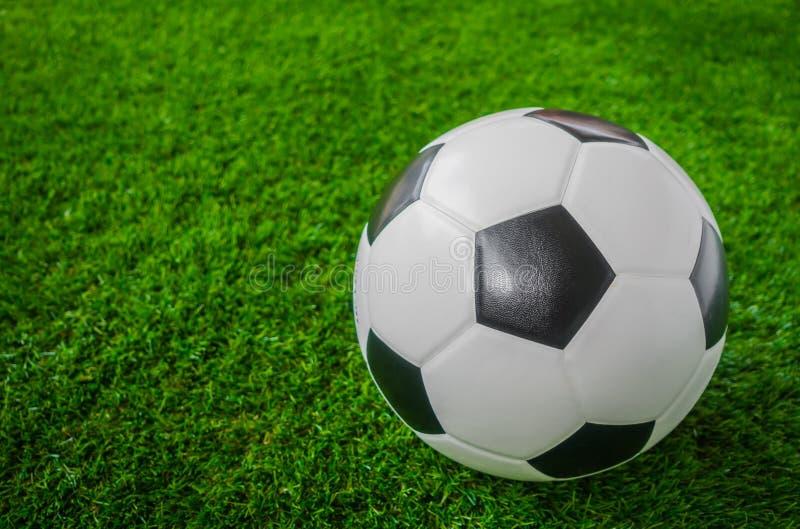 Balón de fútbol en hierba verde foto de archivo libre de regalías