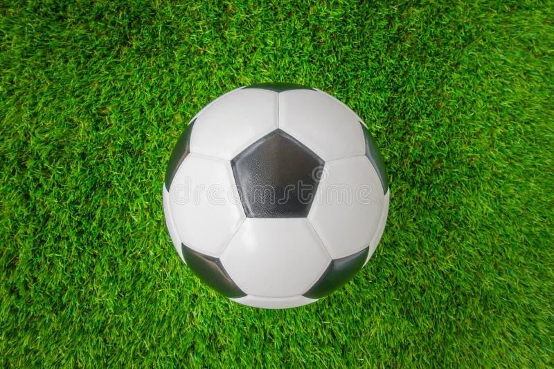 Balón de fútbol en hierba verde fotografía de archivo