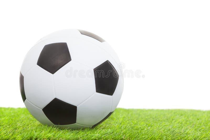 Balón de fútbol en la hierba verde aislada en blanco fotos de archivo