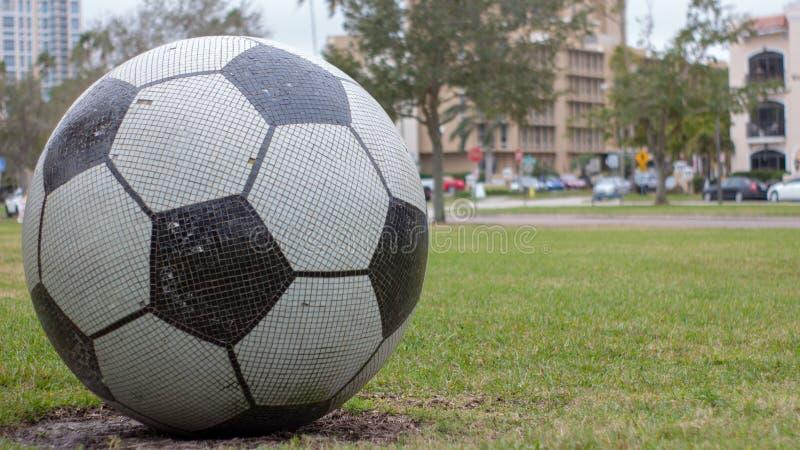 Balón de fútbol gigante de la teja imagenes de archivo