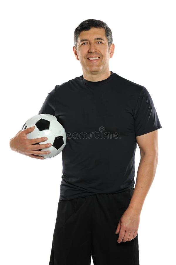 Balón de fútbol hispánico de la explotación agrícola del hombre fotos de archivo libres de regalías