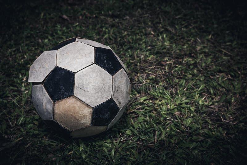 Balón de fútbol viejo o endecha del fútbol en la hierba verde para el retroceso Mirada de la cámara imágenes de archivo libres de regalías
