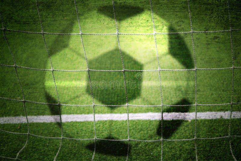 Balón de fútbol y fondo borrosos concepto de la red imagenes de archivo