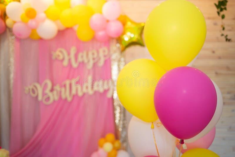 Balões brilhantes do rosa, do amarelo e do branco Fundo borrado fotografia de stock