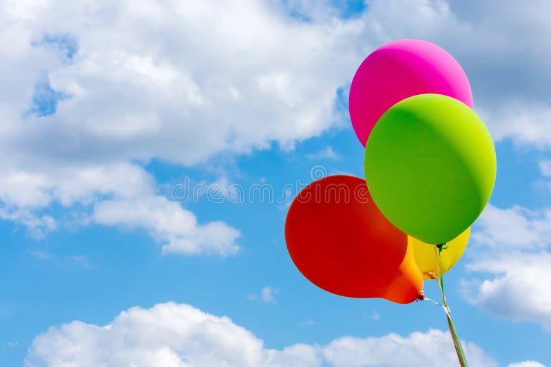 Balões coloridos do partido e céu azul fotografia de stock royalty free