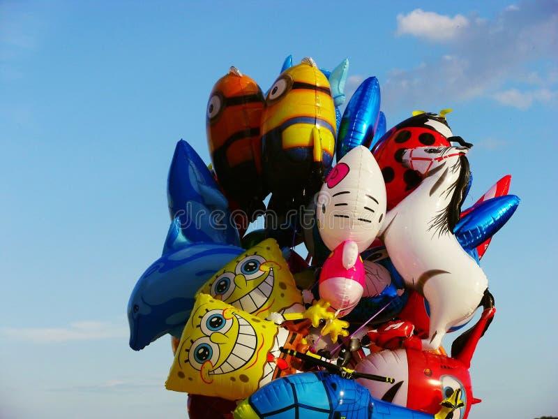 Balões coloridos e céu azul - de volta à infância imagem de stock