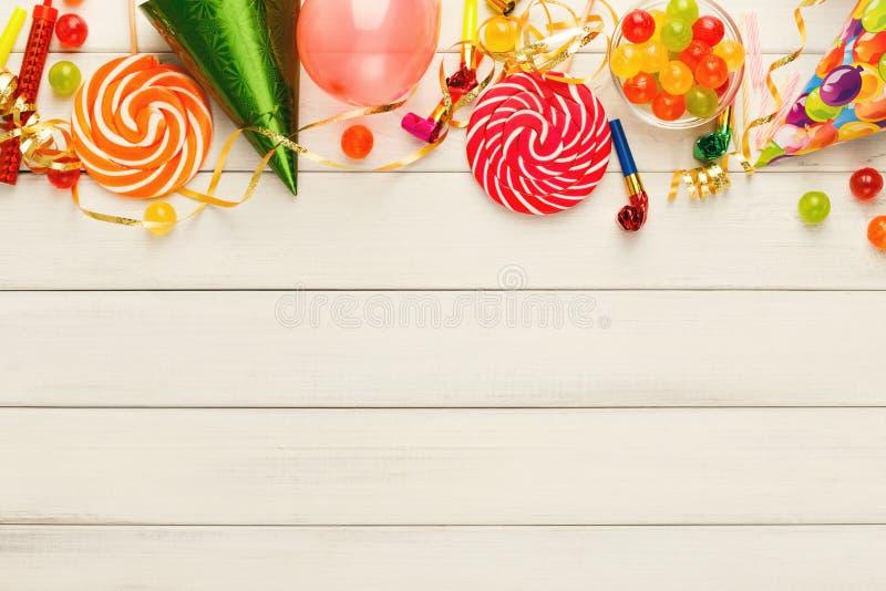 Balões coloridos na madeira rústica branca, fundo do aniversário, vista superior fotografia de stock royalty free