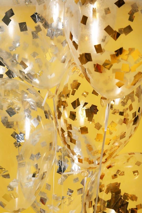 Balões com sparkles no fundo da cor foto de stock
