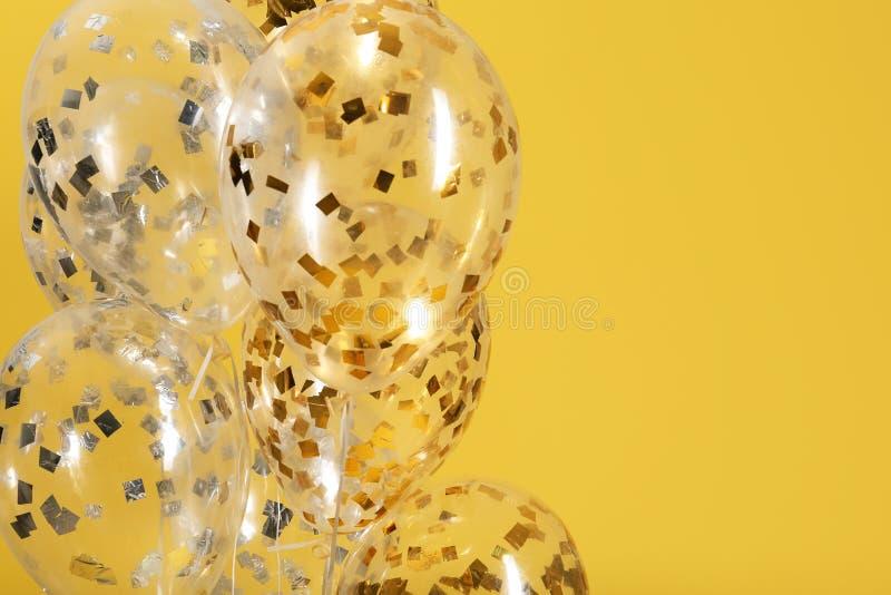 Balões com sparkles no fundo da cor imagens de stock royalty free