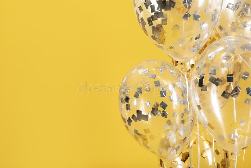 Balões com sparkles no fundo da cor fotos de stock