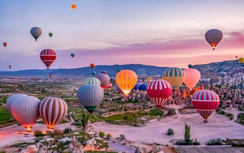 Balões de ar quente coloridos antes do lançamento no parque nacional de Goreme, Cappadocia, Turquia fotografia de stock