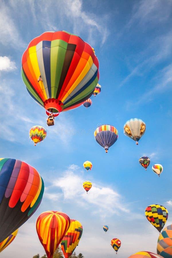 Balões de ar quente com fundo do céu azul e das nuvens imagens de stock