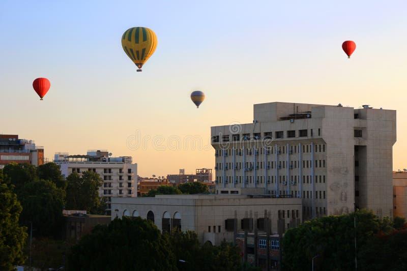 Balões de ar quente em Luxor no nascer do sol imagens de stock
