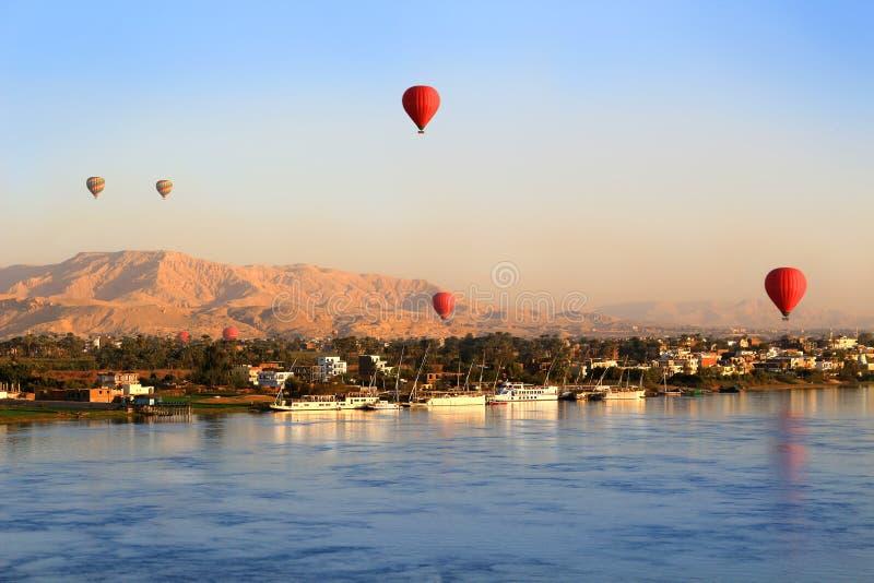Balões de ar quente em Luxor no nascer do sol fotografia de stock